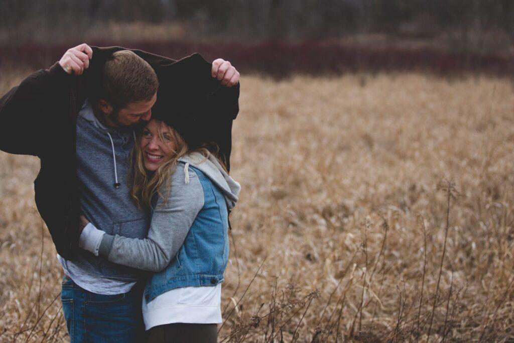 αγκαλιά ζευγαριού